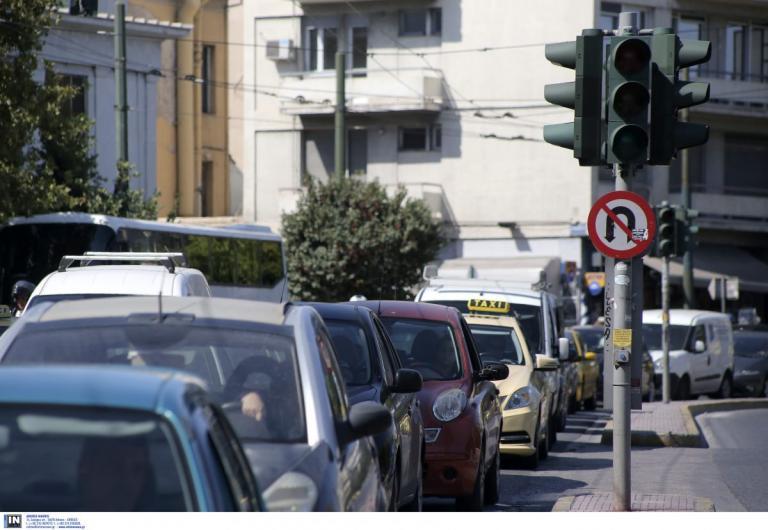 Κίνηση στους δρόμους: Μποτιλιάρισμα λόγω ανατροπής ΙΧ στην άνοδο της Συγγρού | Pagenews.gr