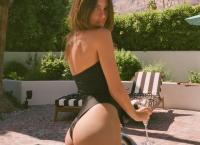 Emily Ratajkowski  Στην πισίνα πίνοντας σαμπάνια με «καυτό» μαγιό 6025b4511ab