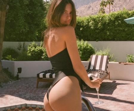 Emily Ratajkowski: Στην πισίνα πίνοντας σαμπάνια με «καυτό» μαγιό | Pagenews.gr