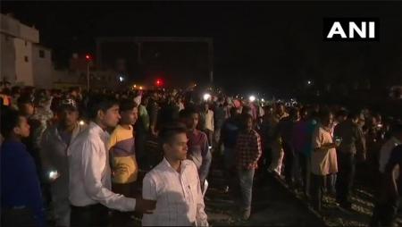 Ινδία δυστύχημα τρένο: Φόβοι για δεκάδες νεκρούς αφού τρένο έπεσε πάνω σε πλήθος ανθρώπων (vid) | Pagenews.gr