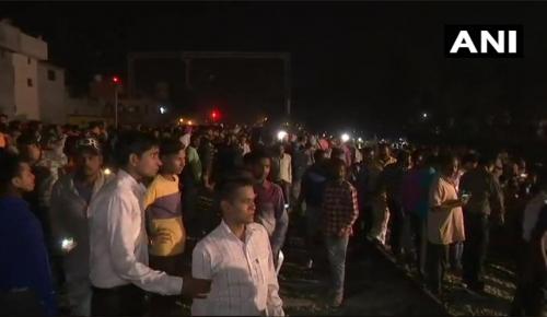 Ινδία δυστύχημα τρένο: Φόβοι για δεκάδες νεκρούς αφού τρένο έπεσε πάνω σε πλήθος ανθρώπων (vid)   Pagenews.gr