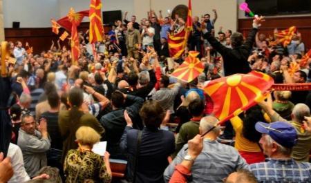 Κοινοβούλιο Σκόπια: Βουλευτής ευχαρίστησε στα ελληνικά Τσίπρα και Κοτζιά για την παραχώρηση της Μακεδονίας (vid) | Pagenews.gr