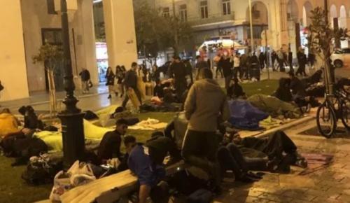 Θεσσαλονίκη: Παράνομοι μετανάστες κοιμούνται πάνω στην πλατεία (pics&vid) | Pagenews.gr