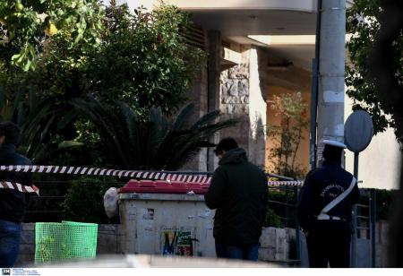 Ντογιάκος: Η στιγμή που πυροτεχνουργοί μεταφέρουν την βόμβα έξω από το σπίτι του (vid) | Pagenews.gr