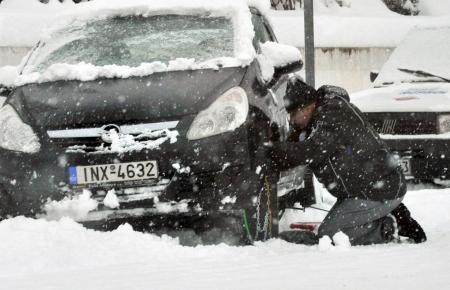 Πώς τοποθετούμε αντιολισθητικές αλυσίδες στο αυτοκίνητό μας (vid) | Pagenews.gr