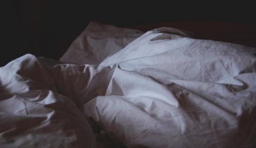 Σύζυγος γνωστού παρουσιαστή στο κρεβάτι με την κουμπάρα | Pagenews.gr