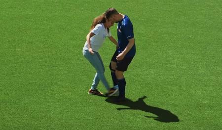 Λίζα Ζιμούς: Η γυναίκα που μπορεί να… ξεφτιλίσει επαγγελματίες ποδοσφαιριστές (vids) | Pagenews.gr