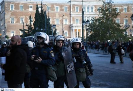 Επίθεση κατά διμοιρίας των ΜΑΤ έξω από το ΟΠΑ | Pagenews.gr