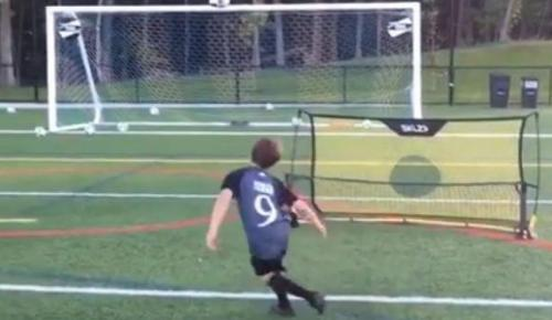 Μικρός… Μπέκαμ: Ο μπόμπιρας που στέλνει την μπάλα όπου ακριβώς θέλει (vid) | Pagenews.gr