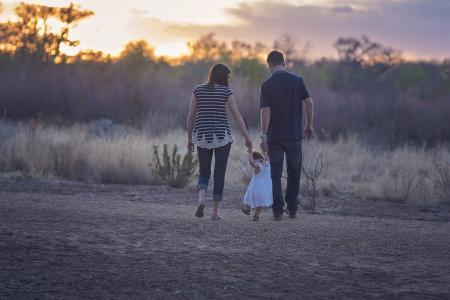 Παιδιά και ερωτικές σχέσεις: «Κληρονομούν» συμπεριφορές από τις μαμάδες τους | Pagenews.gr