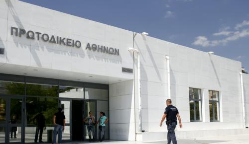 Αντιεξουσιαστές επιτέθηκαν σε αστυνομικούς στο Πρωτοδικείο Αθηνών   Pagenews.gr