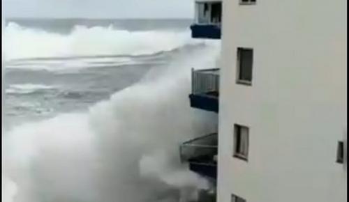 Τενερίφη: Τεράστια κύματα διέλυσαν μπαλκόνια (vid) | Pagenews.gr