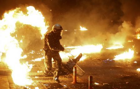Θεσσαλονίκη τώρα: Φωτιές και οδοφράγματα έξω από την Πολυτεχνική Σχολή του ΑΠΘ (pics&vids) | Pagenews.gr