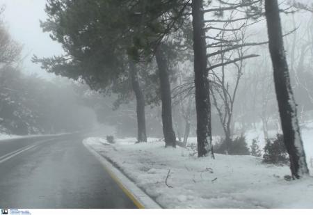 Καιρός: Πυκνή χιονόπτωση στην Πάρνηθα – Κλειστός ο δρόμος από το τελεφερίκ | Pagenews.gr