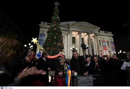 Δήμος Πειραιά: Ο Μώραλης φωταγώγησε το χριστουγεννιάτικο δέντρο (pics) | Pagenews.gr