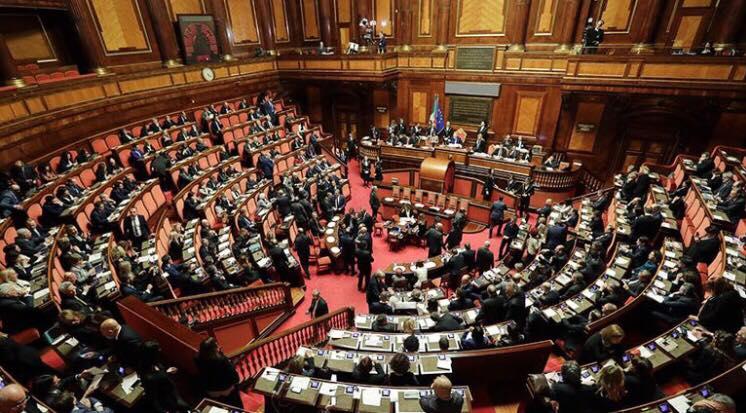 Δύο άνδρες βουλευτές σε ερωτικές περιπτύξεις μέσα στη Βουλή | Pagenews.gr