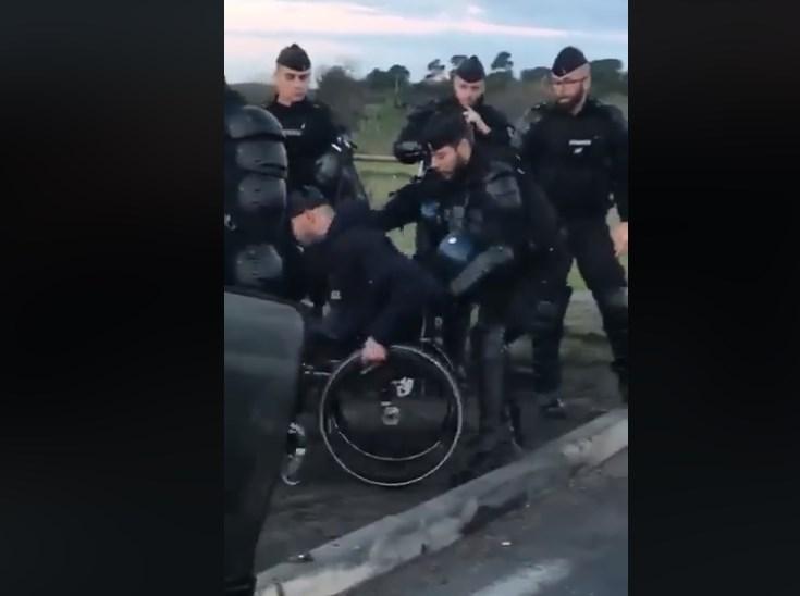 Σκηνές σοκ στη Γαλλία: Αστυνομικοί ρίχνουν στο έδαφος άνδρα σε αναπηρικό καροτσάκι (vid) | Pagenews.gr