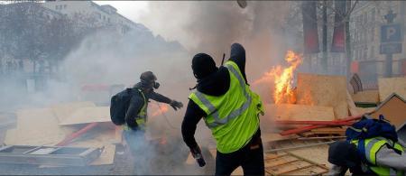 Κίτρινα γιλέκα: Πεδίο «μάχης» το Παρίσι – 1385 προσαγωγές, 975 συλλήψεις και εκατοντάδες τραυματίες (pics&vids) | Pagenews.gr