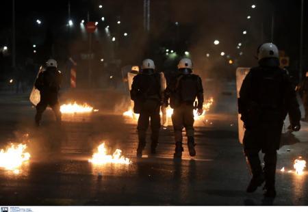 Γρηγορόπουλος:  Μολότοφ και δακρυγόνα στη Θεσσαλονίκη – Καίγεται το εργοτάξιο του Μετρό (pics&vids) | Pagenews.gr