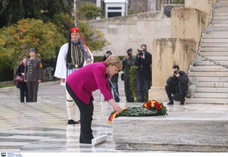 Επίσκεψη Μέρκελ: Κατέθεσε στεφάνι στο Μνημείο του Αγνώστου Στρατιώτη (pics) | Pagenews.gr