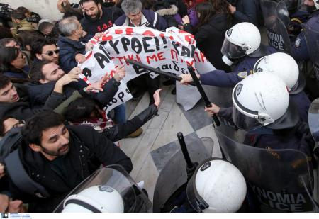 Αθήνα πορεία: Επεισόδια μεταξύ εκπαιδευτικών και ανδρών των ΜΑΤ (pics) | Pagenews.gr