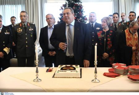 Πάνος Καμμένος: Δάκρυσε στην κοπή της πρωτοχρονιάτικης πίτας στο υπουργείο Άμυνας (pics) | Pagenews.gr