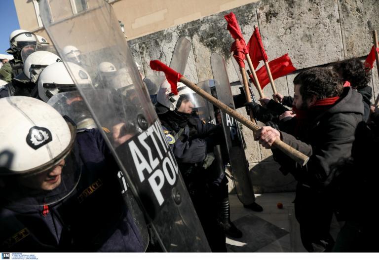 Πορεία εκπαιδευτικών:Ένταση στα σκαλιά του Άγνωστου Στρατιώτη (pics) | Pagenews.gr