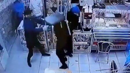 Τα έβαλαν με λάθος άνθρωπο: «Ξάπλωσε» 3 άτομα γιατί τον κορόιδευαν για την τσάντα του (vid) | Pagenews.gr