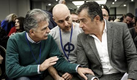 Ψήφος εμπιστοσύνης: Ο Θεοδωράκης πιέζει τον Δανέλλη να μην τη δώσει στον Τσίπρα | Pagenews.gr