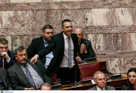 Χάος στη Βουλή: Βουλευτές της Χρυσής Αυγής προσπάθησαν να εισβάλουν στο γραφείο του Νίκου Βούτση (vid)   Pagenews.gr