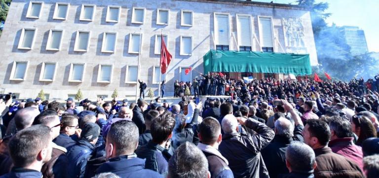 Επεισόδια στα Τίρανα: Η αστυνομία έβαλε χειροπέδες σε 15 διαδηλωτές | Pagenews.gr