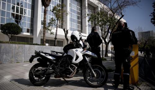Εφετείο Αθηνών: «Ντου» αναρχικών με συνθήματα και «τρικάκια» (pics) | Pagenews.gr