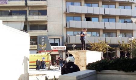 Άνδρας απειλεί να αυτοπυρποληθεί στην Κρήτη (pics&vid) | Pagenews.gr
