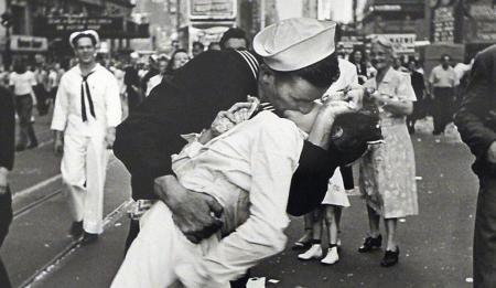 Τζόρτζ Μεντόζα: Πέθανε ο εμβληματικός ναύτης της Times Square | Pagenews.gr