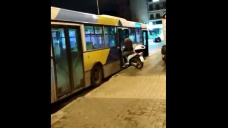 Λεωφορείο ΟΑΣΑ: Ένας… θεούλης μπήκε μέσα με το μηχανάκι (vid) | Pagenews.gr
