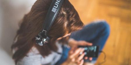 Μαθητής κοιμήθηκε με τα ακουστικά και ξύπνησε κουφός | Pagenews.gr