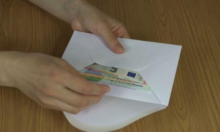 Άγνωστος πετά φακέλους γεμάτους χρήματα κάτω από πόρτες σπιτιών | Pagenews.gr