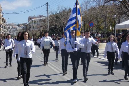Χανιά παρέλαση: Συγκίνησε και καταχειροκροτήθηκε ο τυφλός σημαιοφόρος | Pagenews.gr