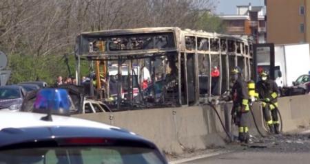 Μιλάνο φωτιά σε σχολικό: Οδηγός πυρπόλησε λεωφορείο γεμάτο παιδιά (pics&vid) | Pagenews.gr