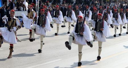Παρέλαση 25ης Μαρτίου: Συγκλόνισαν οι Εύζωνες υπό τους ήχους του «Μακεδονία Ξακουστή» | Pagenews.gr