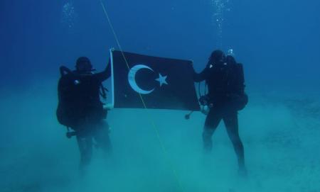 Τουρκικές προκλήσεις: Βατραχάνθρωποι «κυματίζουν» τουρκική σημαία στη Σούδα (pics)   Pagenews.gr