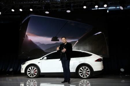 Tesla: Ο Έλον Μασκ υπόσχεται να κυκλοφορήσει στόλο από ρομπο-ταξί χωρίς οδηγό (vid) | Pagenews.gr