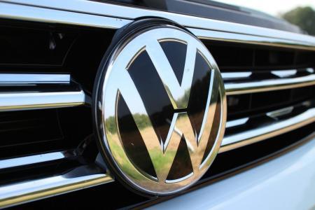 Volkswagen: Επενδύει στην ηλεκτροκίνηση και σκοπεύει να ξεπεράσει την Tesla | Pagenews.gr