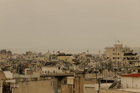 Καιρός σήμερα: Σκόνη και λασποβροχές «πνίγουν» τη χώρα (vid) | Pagenews.gr
