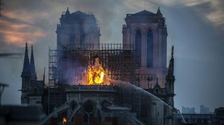 Παναγία των Παρισίων: Υπό έλεγχο η πυρκαγιά έπειτα από 8,5 ώρες – Ανυπολόγιστη η καταστροφή (pics&vids) | Pagenews.gr