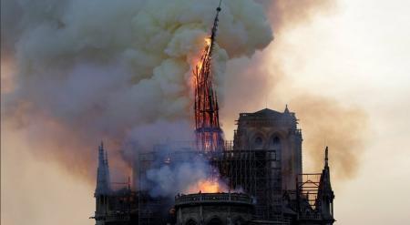 Παναγία των Παρισίων: Παγκόσμια θλίψη για το σύμβολο της Γαλλίας – Κατέρρευσε η οροφή του ναού, εκκενώθηκε το Ιλ ντε λα Σιτέ | Pagenews.gr