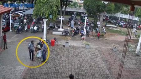 Σρι Λάνκα: Το ανατριχιαστικό βίντεο με τον βομβιστή να χαϊδεύει στο κεφάλι ένα κοριτσάκι | Pagenews.gr
