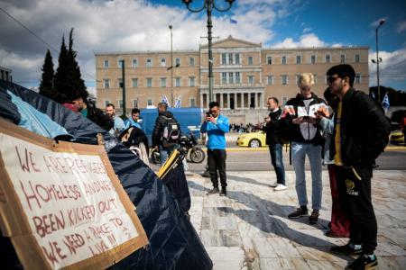 Σύνταγμα: Πρόσφυγες έστησαν σκηνές μετά την εκκένωση της κατάληψης στα Εξάρχεια (pics) | Pagenews.gr