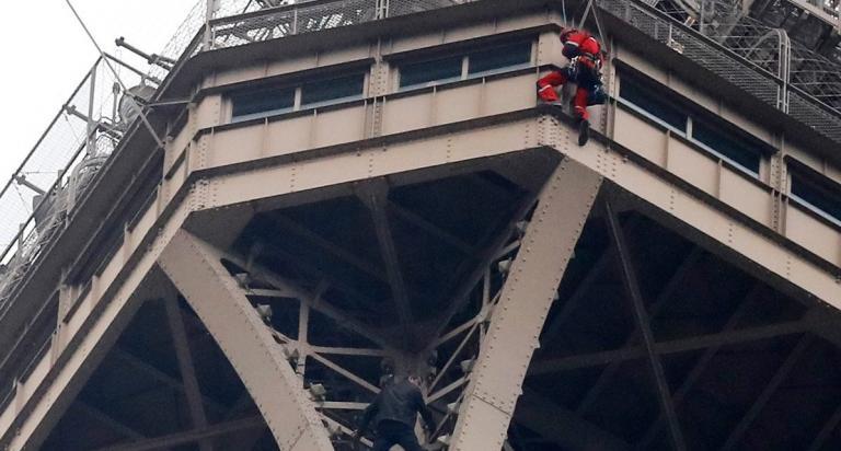 Πύργος του Άιφελ: Συνελήφθη ο αναρριχητής – Έφτασε μέχρι τα 300 μέτρα (vid) | Pagenews.gr