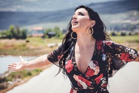 Ιουλία Καλλιμάνη: Νέα σειρά εμφανίσεων για την νεαρή τραγουδίστρια   Pagenews.gr
